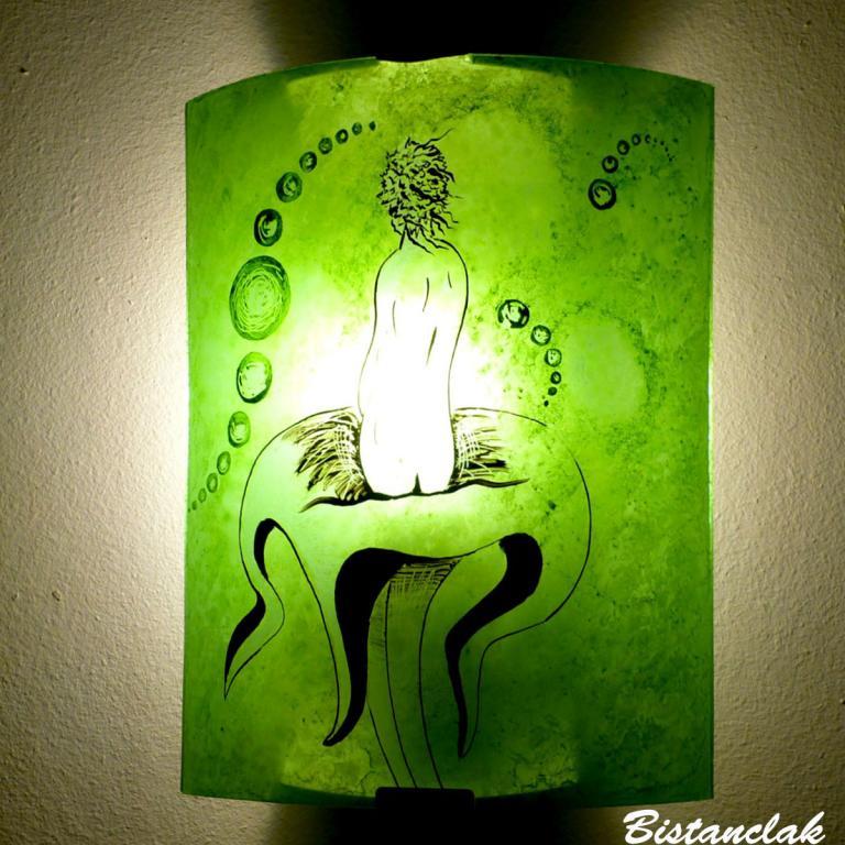 applique verte motif femme nue sur une étrange fleur