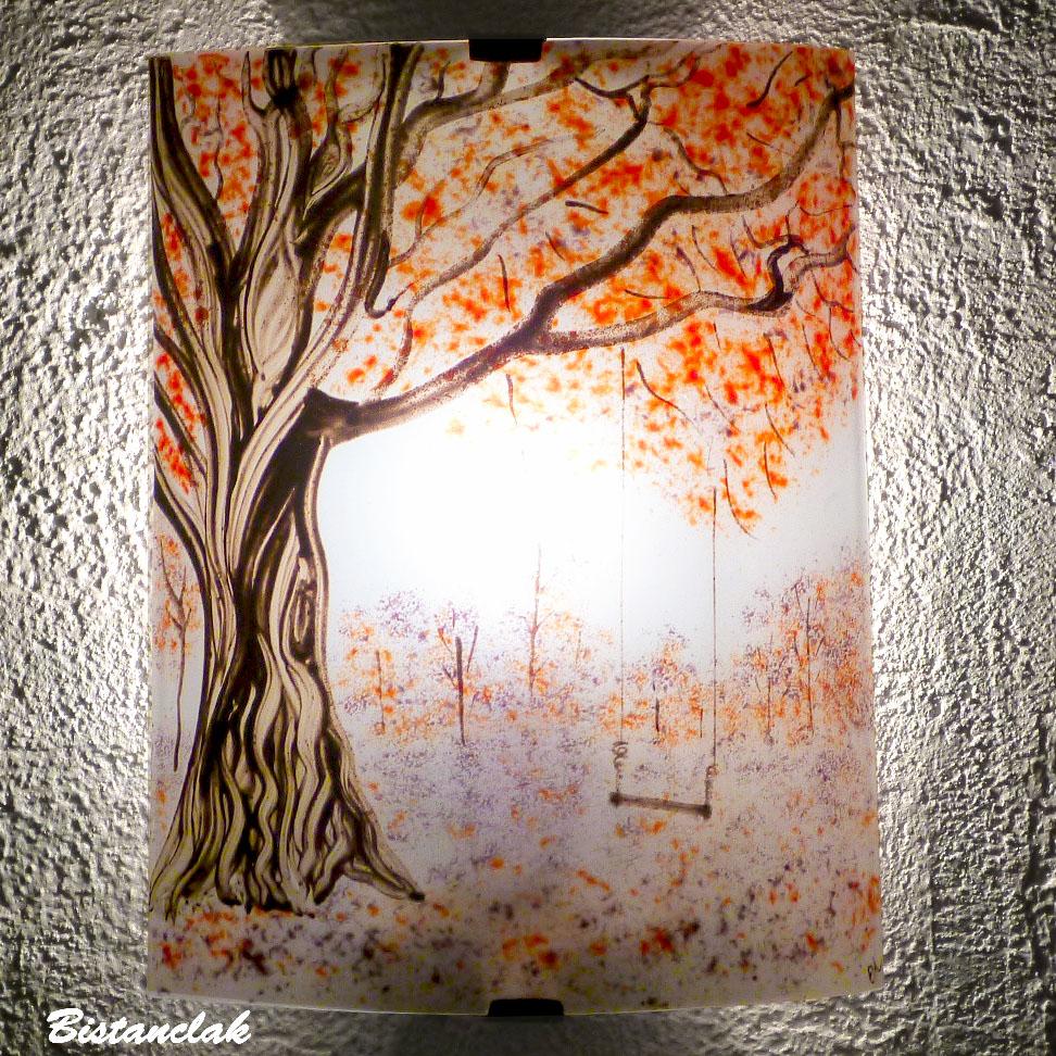 applique d'ambiance bucolique motif balançoire sous un arbre rouge et mauve