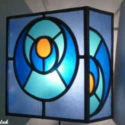 applique d'ambiance vitrail bleu et orange design géométrique cercle dans le cercle
