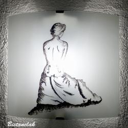 Applique décorative noire et blanche au dessin de la femme violon