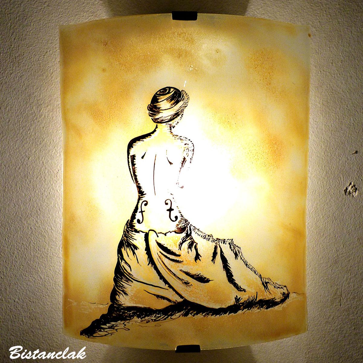 applique murale jaune moisson motif la femme violon