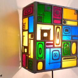 applique murale vitrail décorative design moderne multicolore et carrés noir