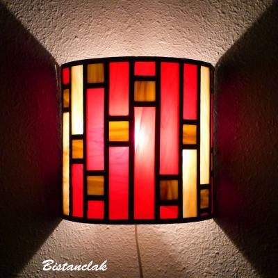 applique murale vitrail demi-cylindre Art déco rouge et beige