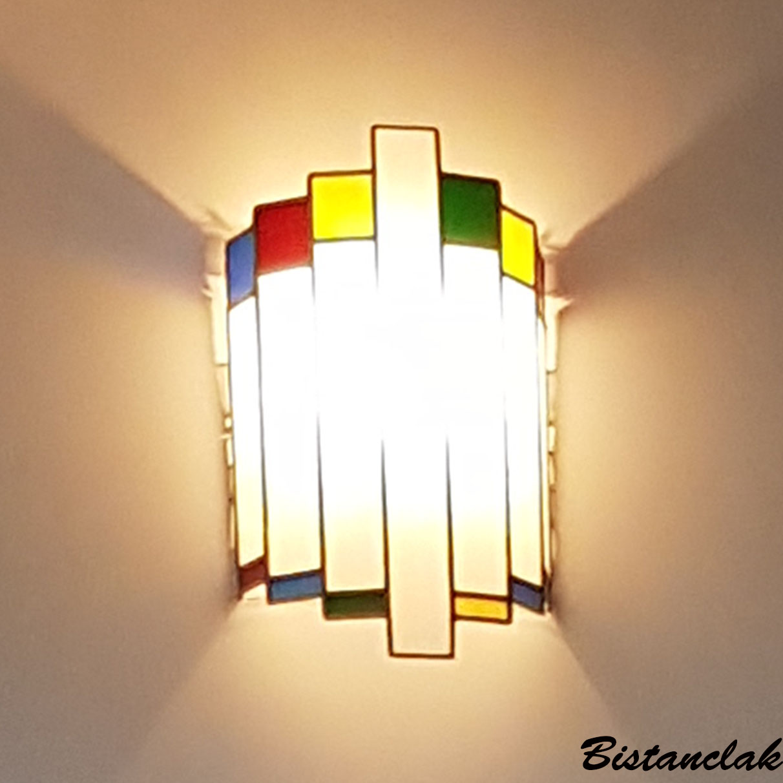 applique murale vitrail demi-cylindre tendance Art Déco blanc et multicolore