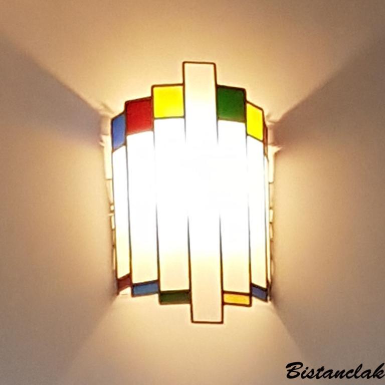 applique vitrail demi-cylindre tendance art deco de couleur blanche et carrés multicolores