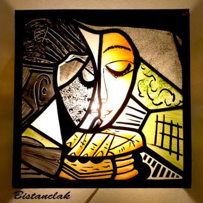 applique murale vitrail orange, vert et noir la femme lisant inspiration Picasso