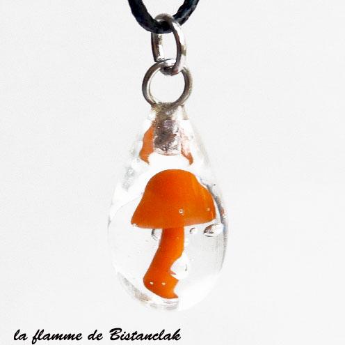 Collier pendentif goutte contenant un champignon orange en verre filé
