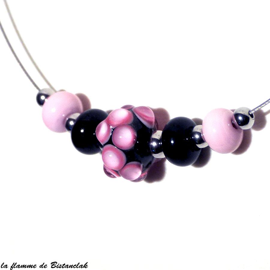 Collier perles de verre rose et noir sur fil cablé