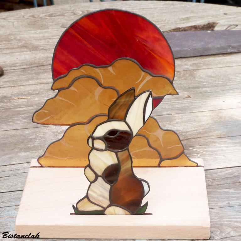 décor vitrail lapin, soleil rouge et nuage ambre