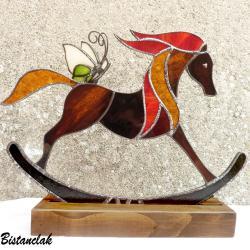 décoration cheval à bascule et papillon en vitrail