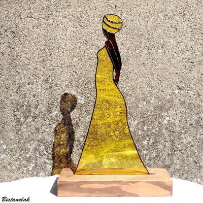 Decoration vitrail tiffany africaine en robe jaune