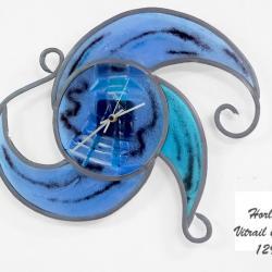 horloge courbe bleu et turquoise en vitrail traditionnel