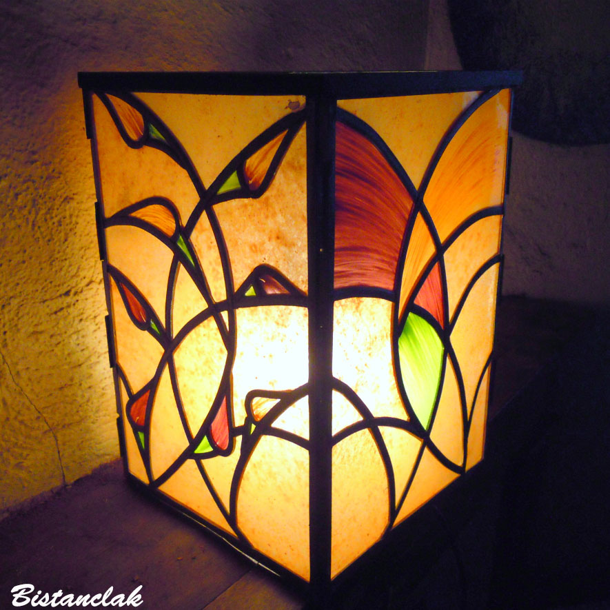 lampe vitrail ce couleur sable motif arum rouge et orange