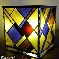 lampe vitrail cube design géométrique jaune, violet et rouge