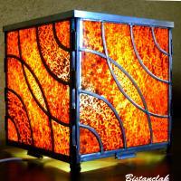 lampe vitrail cube rouge foncé design courbe rond dans l'eau