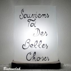 lampe blanche décorée du texte souviens toi des belles choses
