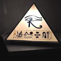 lampe forme pyramide motif égyptien