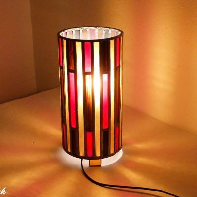 lampe vitrail en forme de cylindre rouge ambre et brun