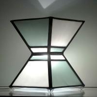 lampe vitrail moderne et épuré forme sablier gris acier et blanc