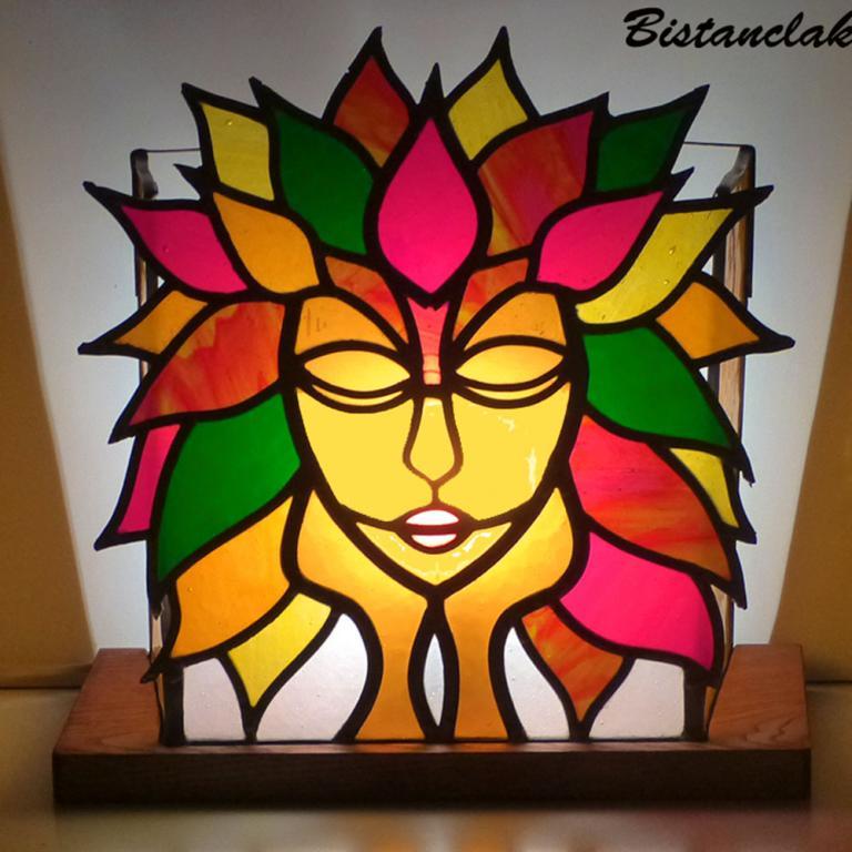 lampe vitrail  motif visage couronné de feuilles multicolores