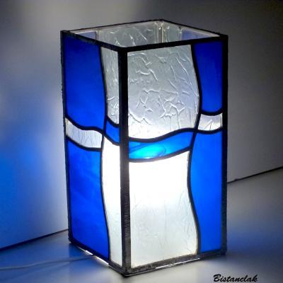 lampe vitrail rectangulaire design vague, verre bleu et incolore aspect froissé