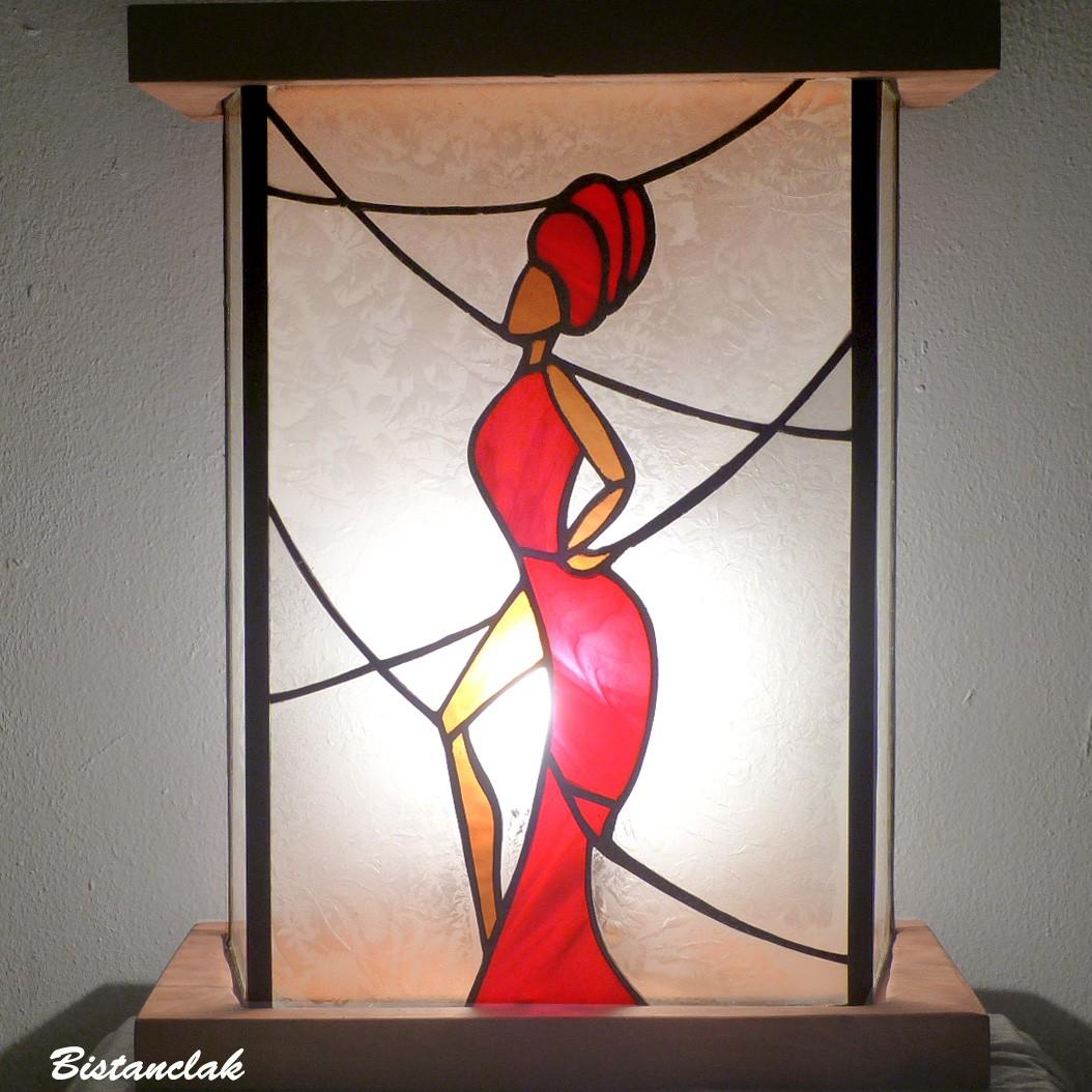 Luminaire vitrail artisanal danseuse africaine en robe rouge