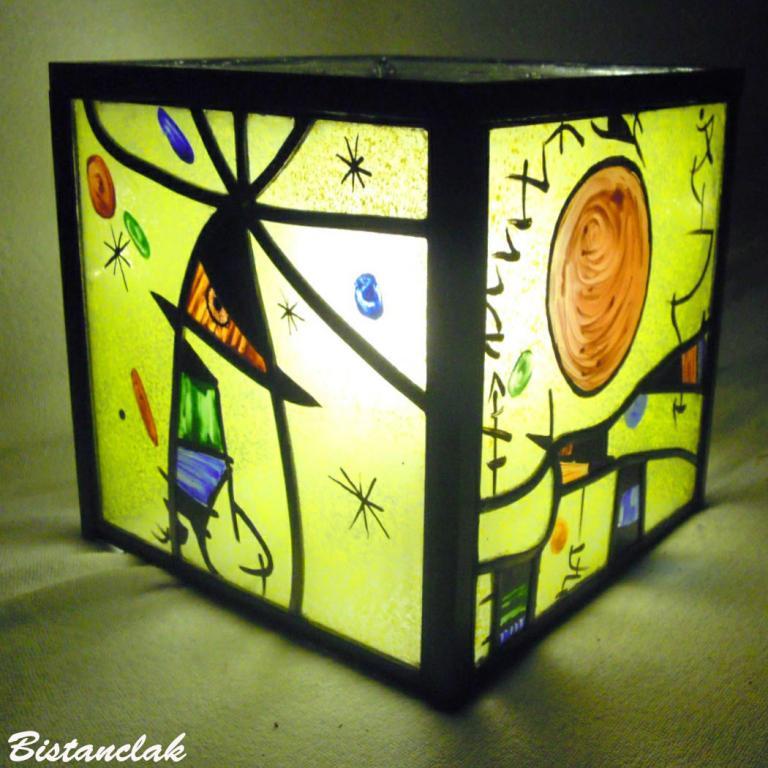 lampe vitrail cube jaune et multicolore motif inspiré de joan miro
