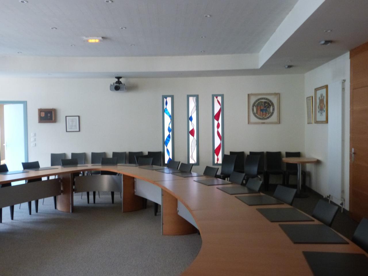 Salle du conseil vitrail bleu blanc rouge
