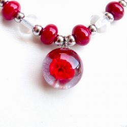 détail du collier cabochon fleur rouge