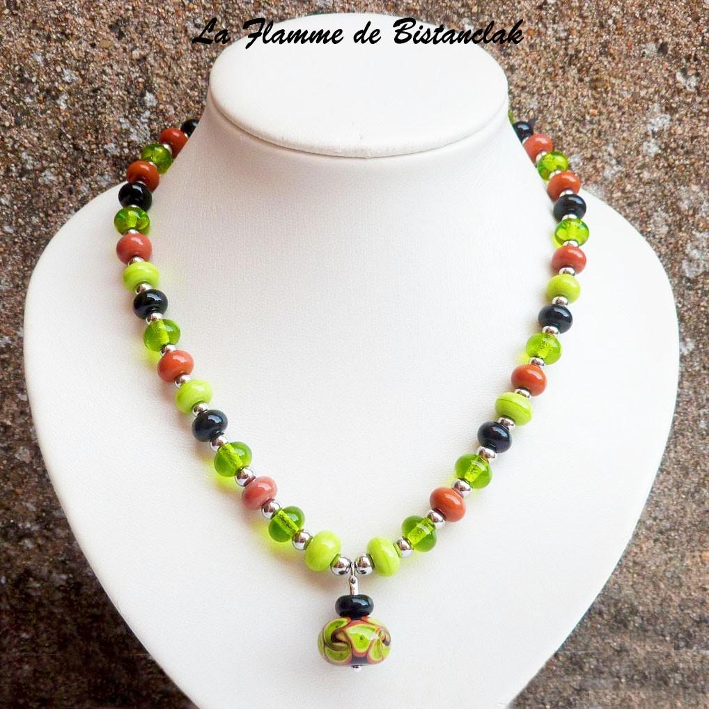 Vente en ligne du collier de createur en perles de verre file de couleur vert cuivre et noir avec perle centrale sur tige de la collection fleur en spirale