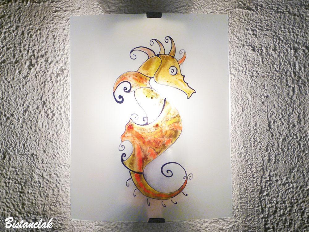 Applique artisanale blanche motif hipppocampe de couleur jaune orange