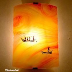 Applique en verre coloré jaune orangé motif barques au fil de l'eau