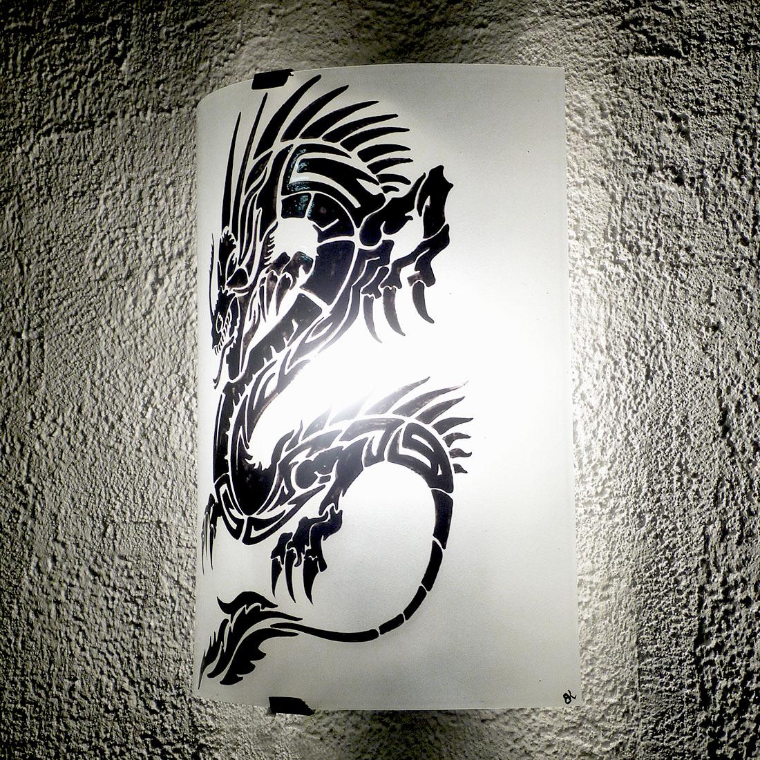 Applique blanche motif dragon noir 1