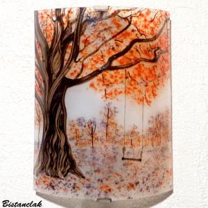 Applique d ambiance au dessin bucolique d une balancoire sous un arbre au feuillage rouge et mauve vendue en ligne sur notre site