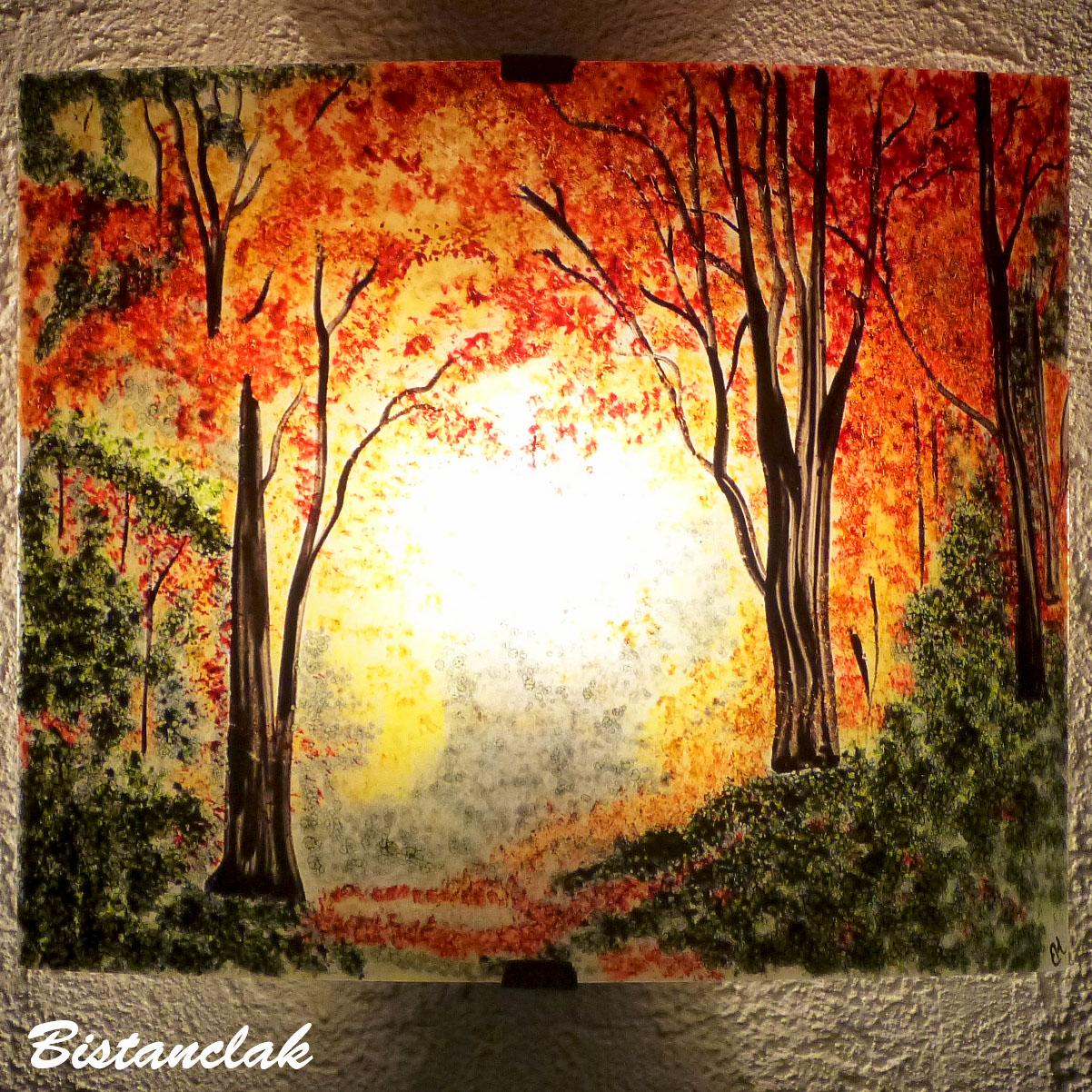 Applique artisanale au motif d'une clairiere de couleur jaune, orange, rouge et vert