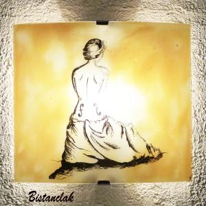 Applique d ambiance demi cylindre jaune moisson au dessin d une interpretation de la femme violon de man ray une fabrication artisanale francaise par bistanclak