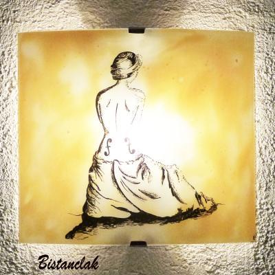 Applique luminaire d'ambiance jaune moisson au dessin de la femme violon