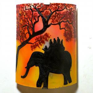Applique murale artisanale  motif ballade a dos d elephant en jaune et rouge