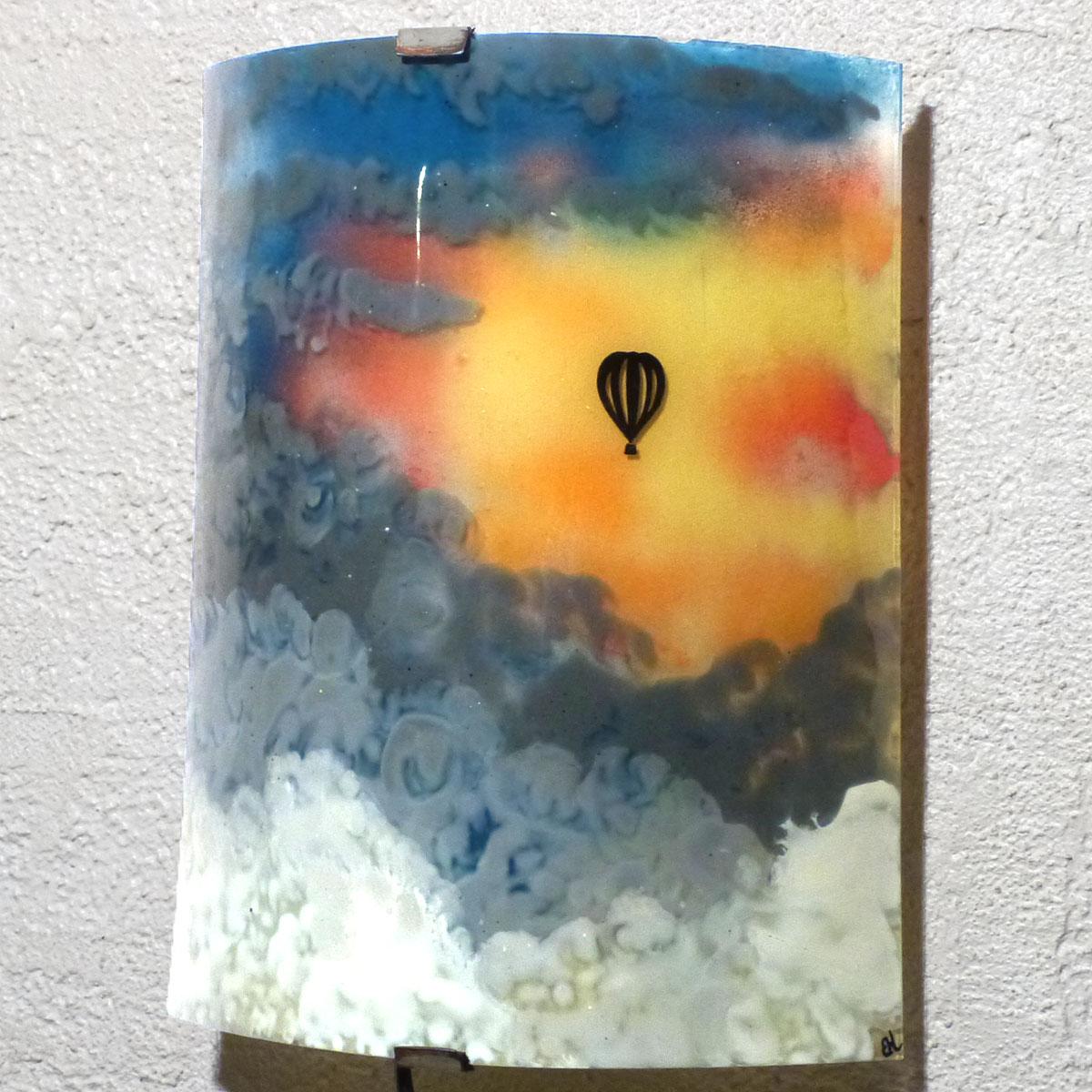 Applique d ambiance demi cylindre motif montgolfiere dans un ciel multicolore fabrication artisanale francaise par bistanclak 1