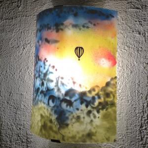 Applique d ambiance demi cylindre motif montgolfiere dans un ciel multicolore fabrication artisanale francaise par bistanclak 6