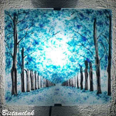 Applique murale au dessin d'un chemin bordé d'arbres colorés