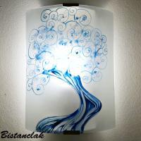 Applique decorative artisanale blanche motif arbre a spirales bleu