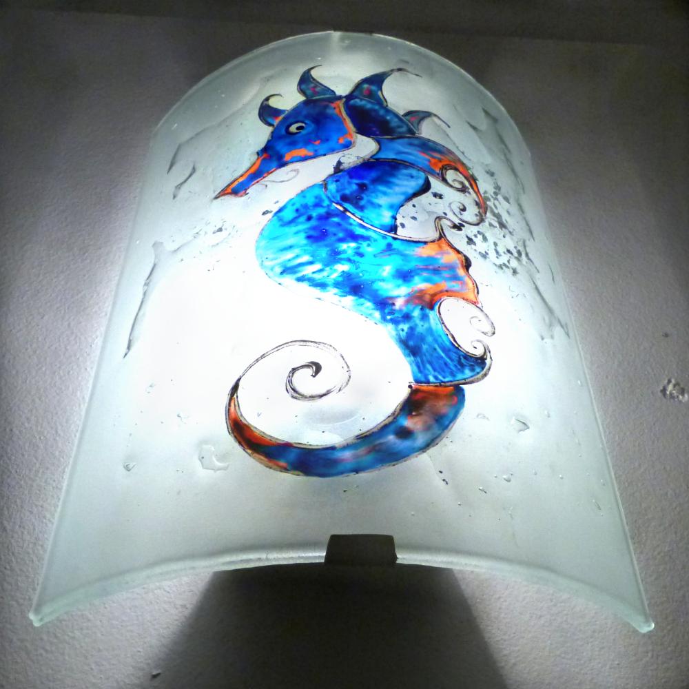 Applique decorative demi cylindre motif hyppocampe bleu cobalt cyan et orange 5