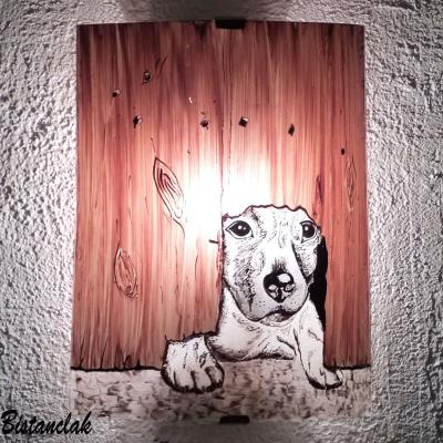 Applique au motif d'un chien sous une palissade