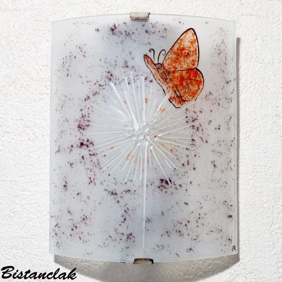 Applique blanche et touche de couleur rouge et mauve motif papillon sur fleur d hiver
