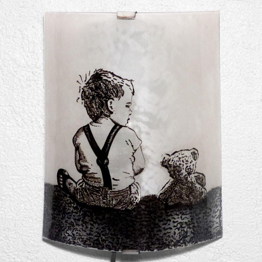 lampe applique au motif réaliste d'un enfant et son ours en peluche