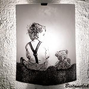Applique artisanale au motif d un enfant et son ours en peluche vendue en ligne sur notre site