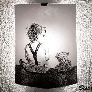 Applique demi cylindre decorative au motif realiste d un enfant et son ours en peluche 4