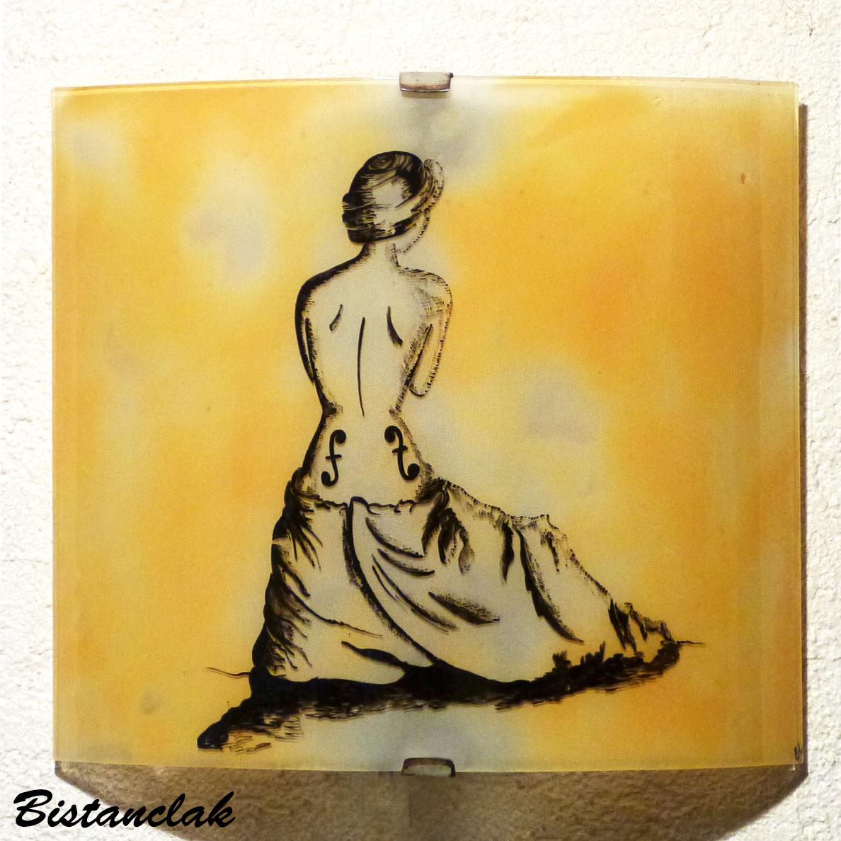 Applique demi cylindre jaune moisson au dessin de la femme violon inspire de man ray une creation artisanale francaise