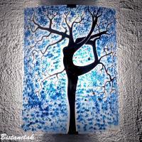 Applique en verre motif arbre danseuse bleu fonce et touche de orange vendue en ligne